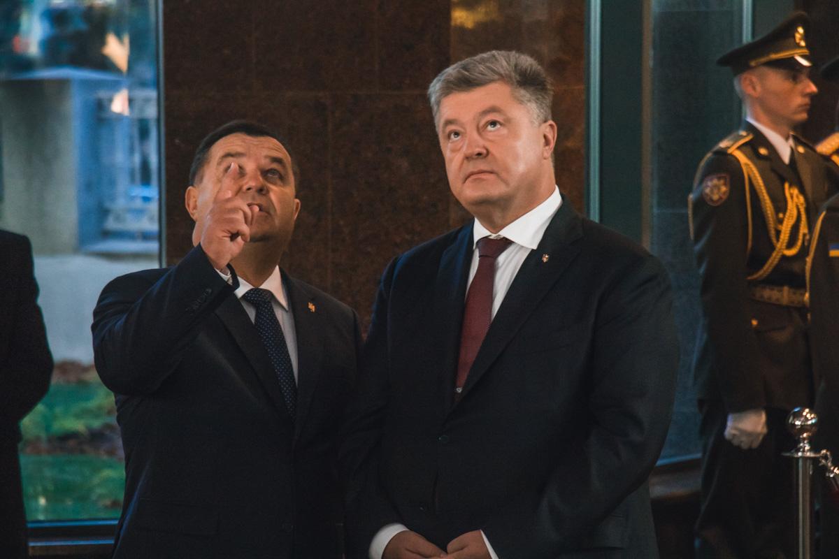 Полторак демонстрирует президенту витражи на потолке