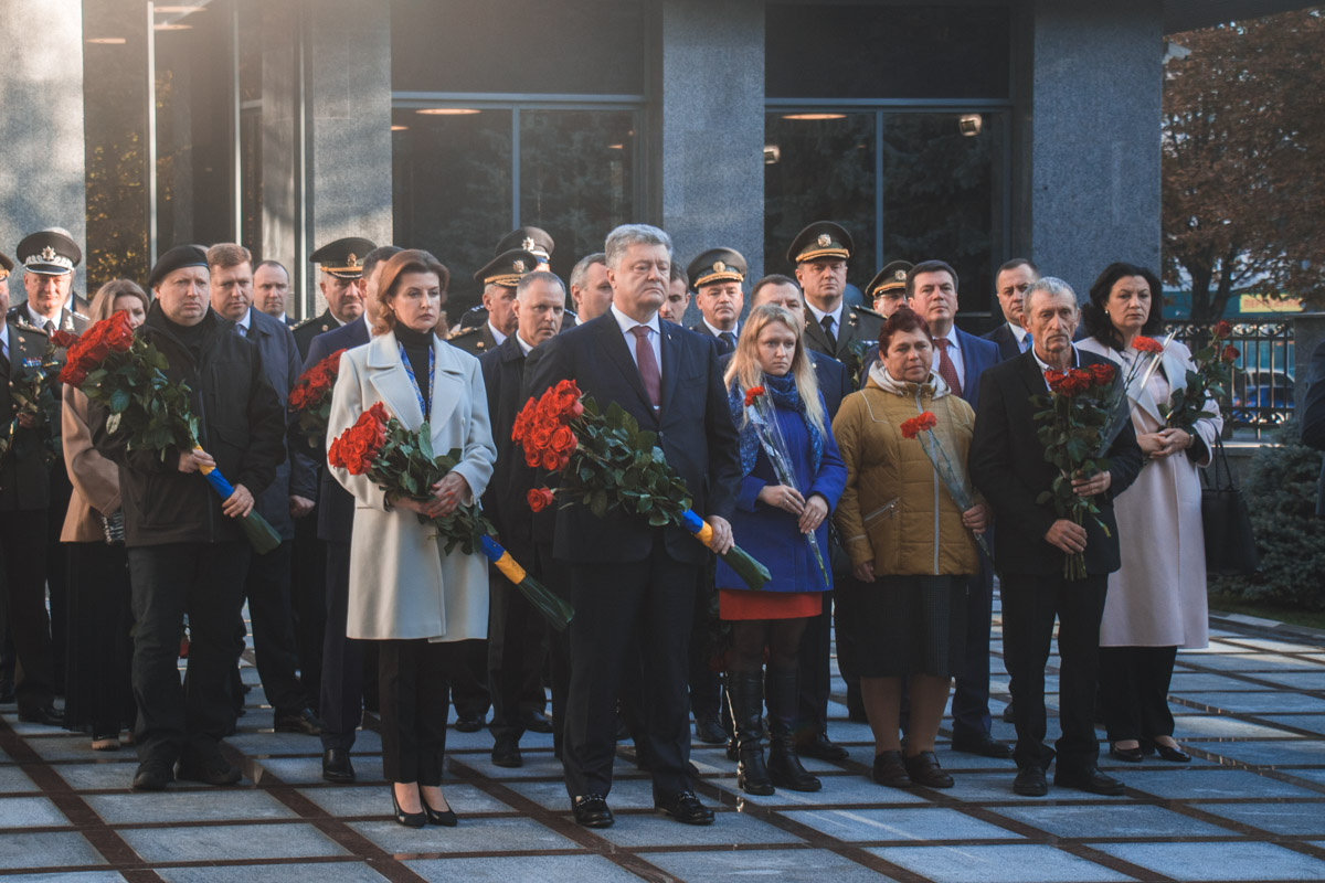 Петр и Марина Порошенко с семьями погибших несут цветы к памятнику, чтобы почтить память тех, кто не вернулся с Востока