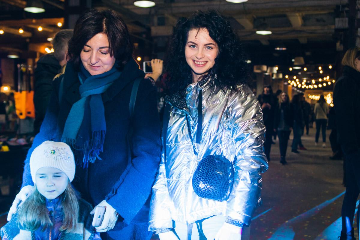 Яркие девушки в синем свете