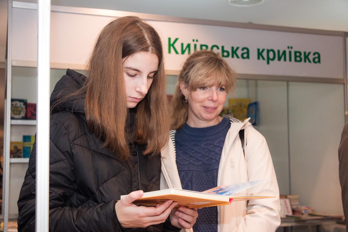 """Выставка проходит в лаунж-зоне НСК """"Олимпийский"""""""