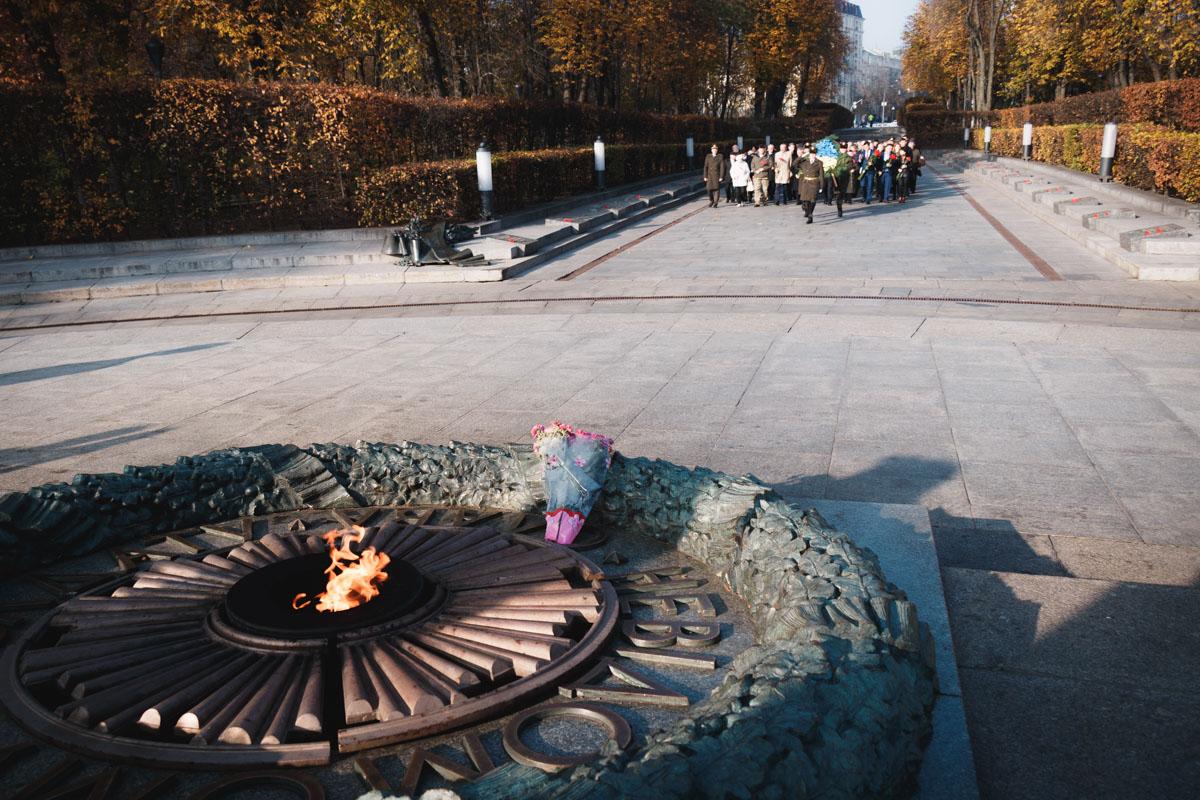 Киевляне собрались в Парке Вечной Славы на церемонию возложения цветов, чтобы почтить память героев