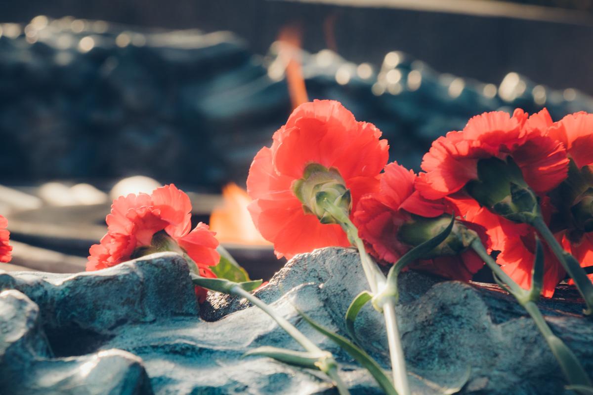 После возложения цветов объявили минуту молчания в память о посмертных героях