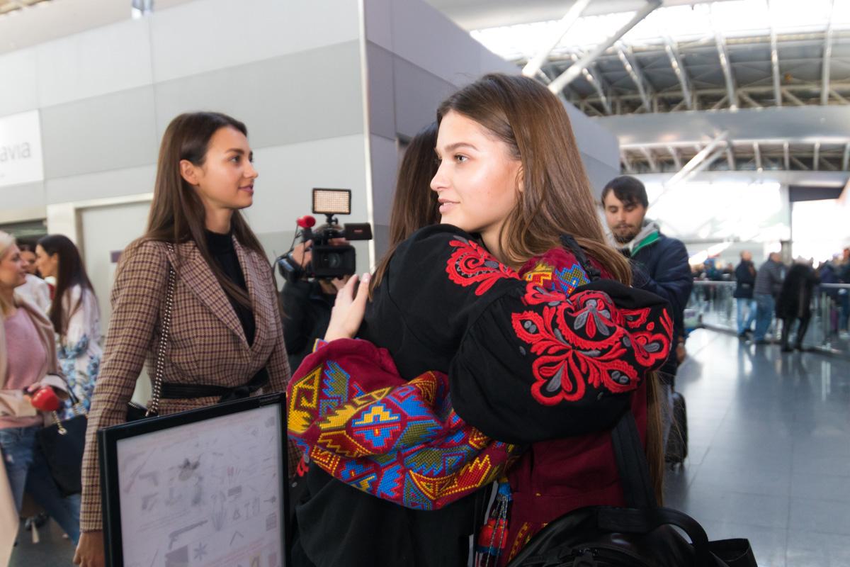 Среди провожающих была Полина Ткач, участника конкурса Мисс Мира прошлого года