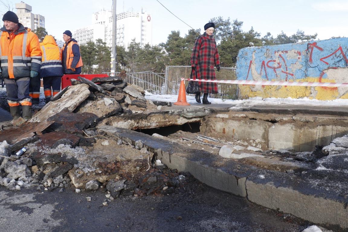 В Киеве на Дарнице провалился мост