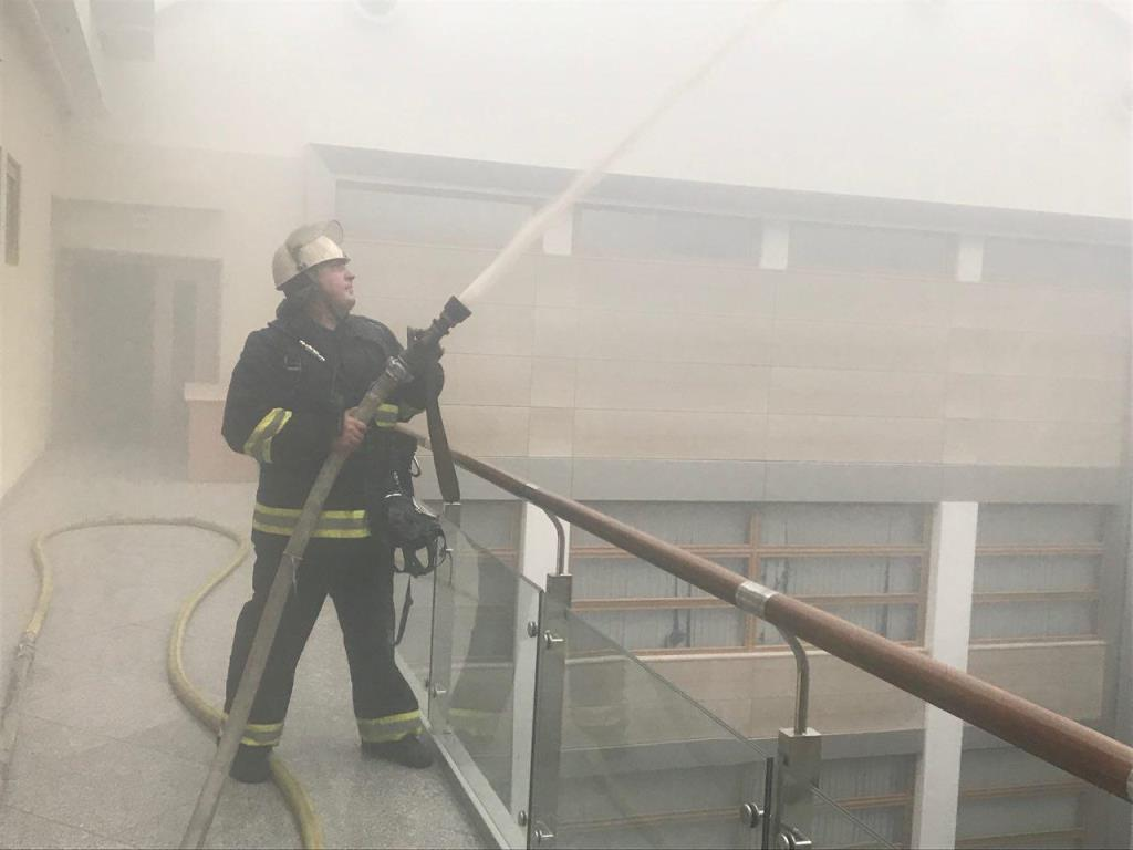 На 7 этаже здания загорелись электрокабели в шахте лифта