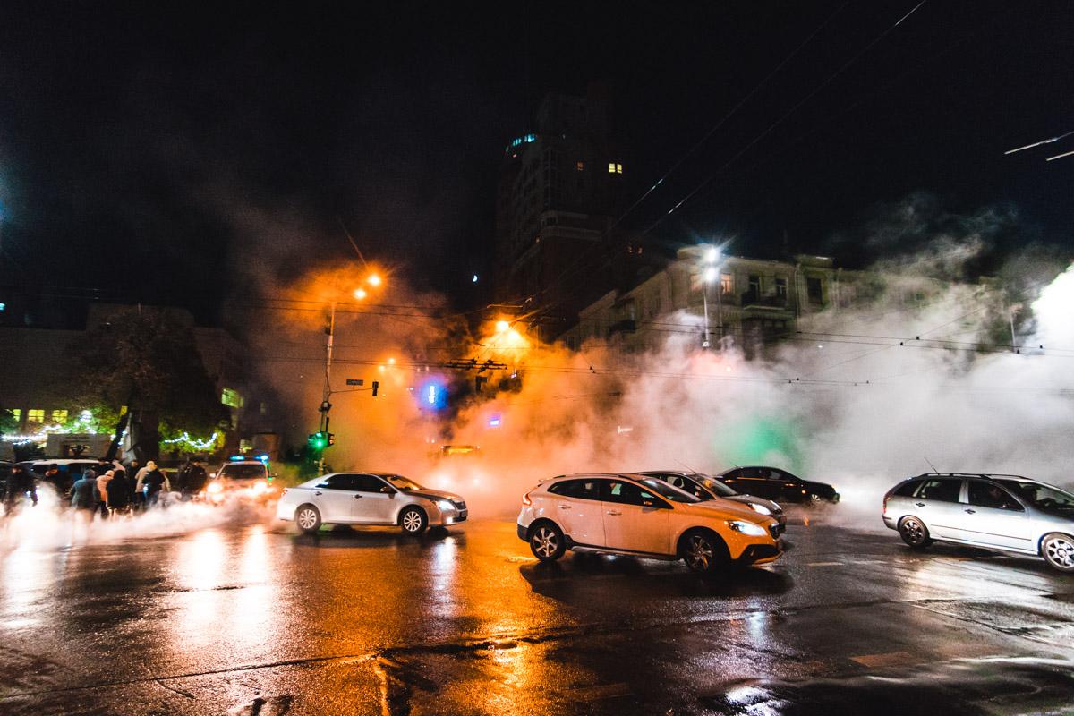 Трубы прорвало на пересечении улиц Саксаганского и Шота Руставели около 16:00