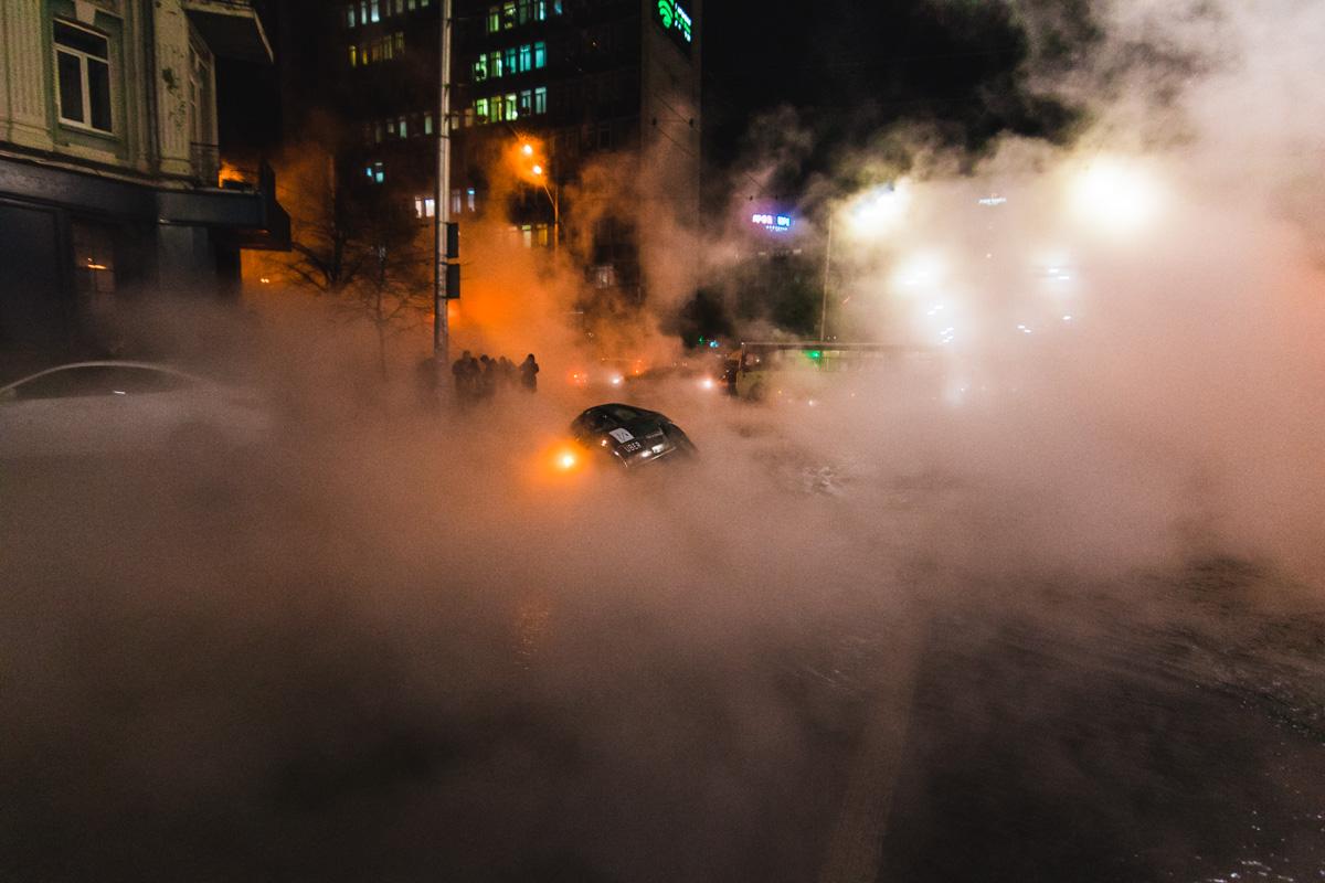 Из за прорыва под асфальт наполовину провалилась машина Dacia Logan