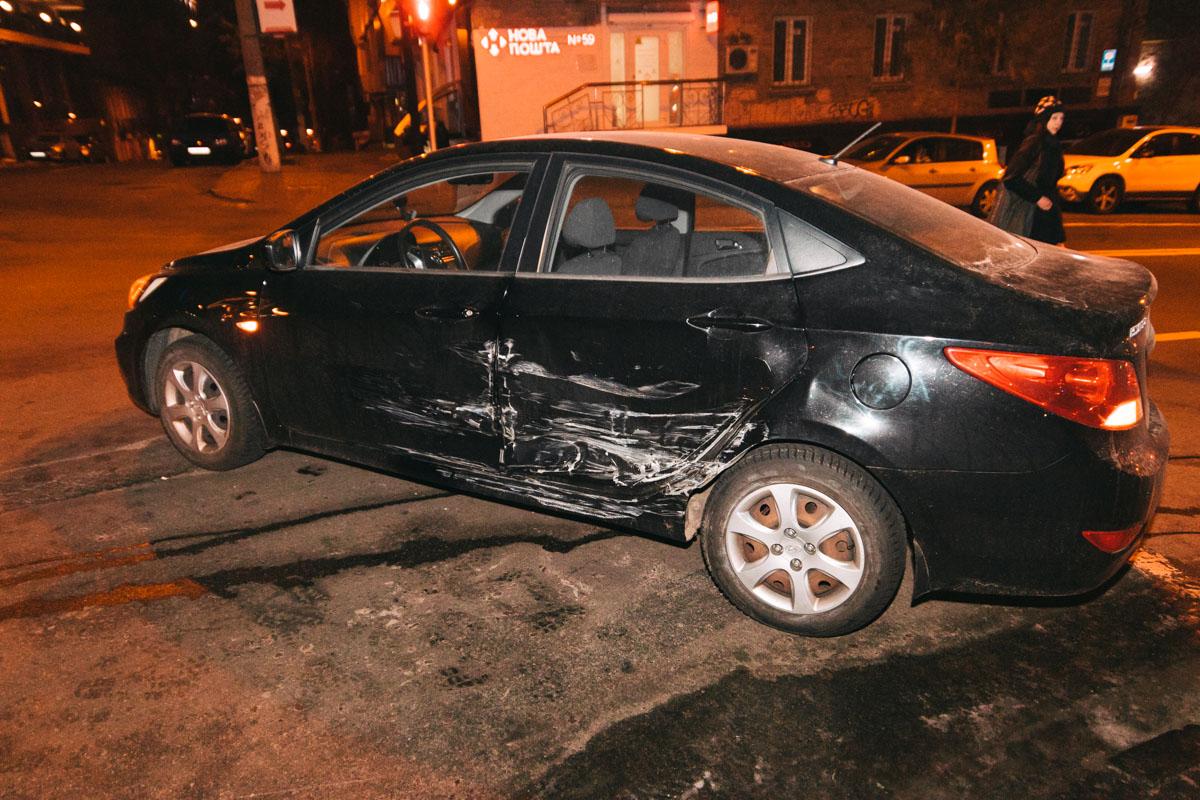 На пересечении улиц Бульварно-Кудрявской и Гоголевской произошла авария с участием автомобилей Hyundai i10 и Accent