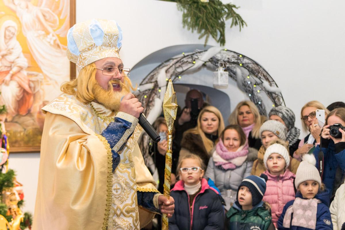 Святой Николай приветствует детишек