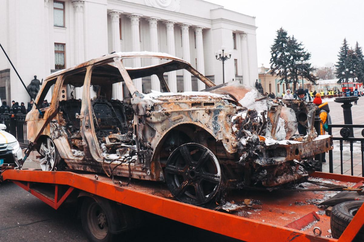 Сгоревший Range стоит на эвакуаторе у здания Верховной Рады