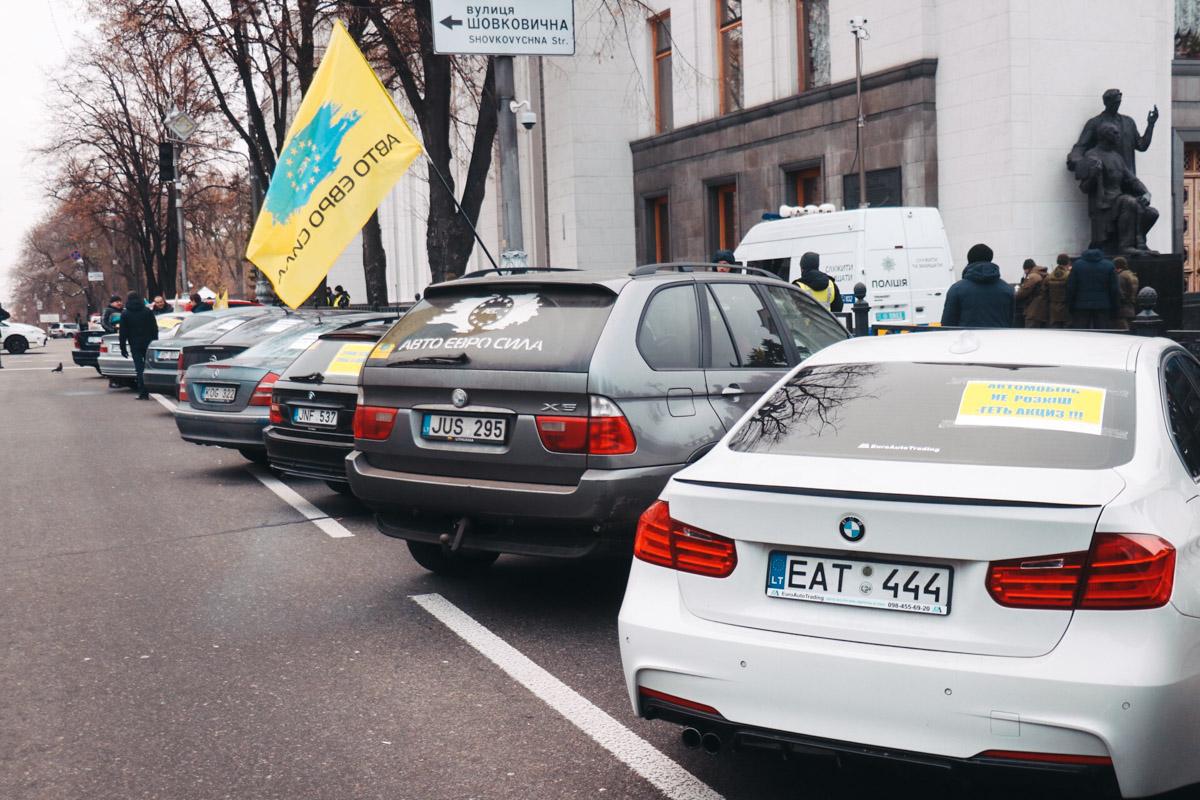 Вдоль улицы Грушевского выстроили около 50 автомобилей на еврономерах