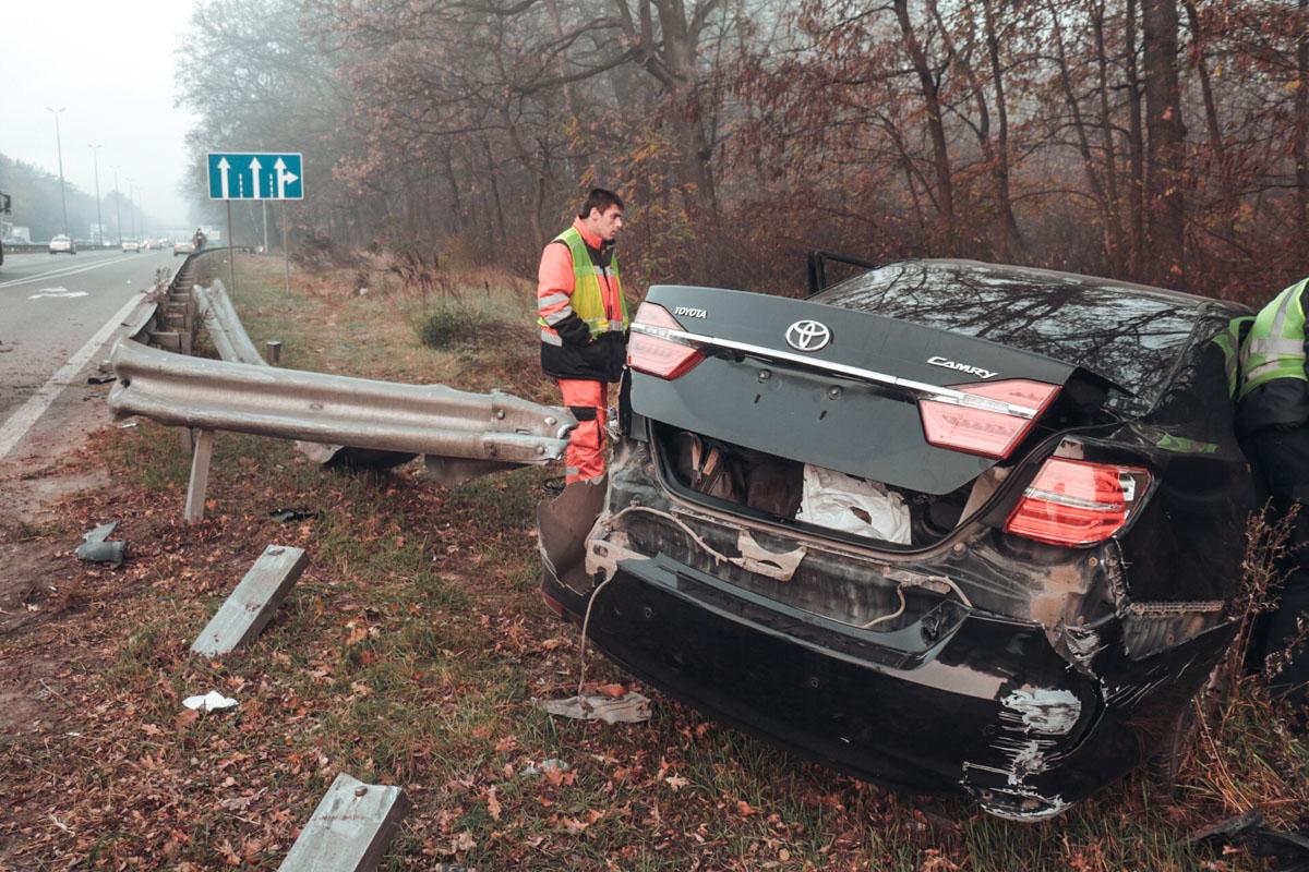 В ходе движения Camry зацепила Skoda, после чего врезалась в Jeep