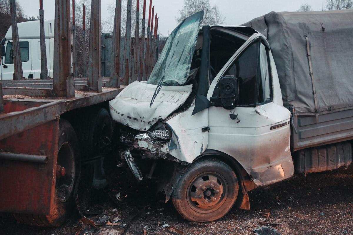 21 ноября под Киевом на развороте возле села Вита Почтовая «Газель» врезалась в лесовоз