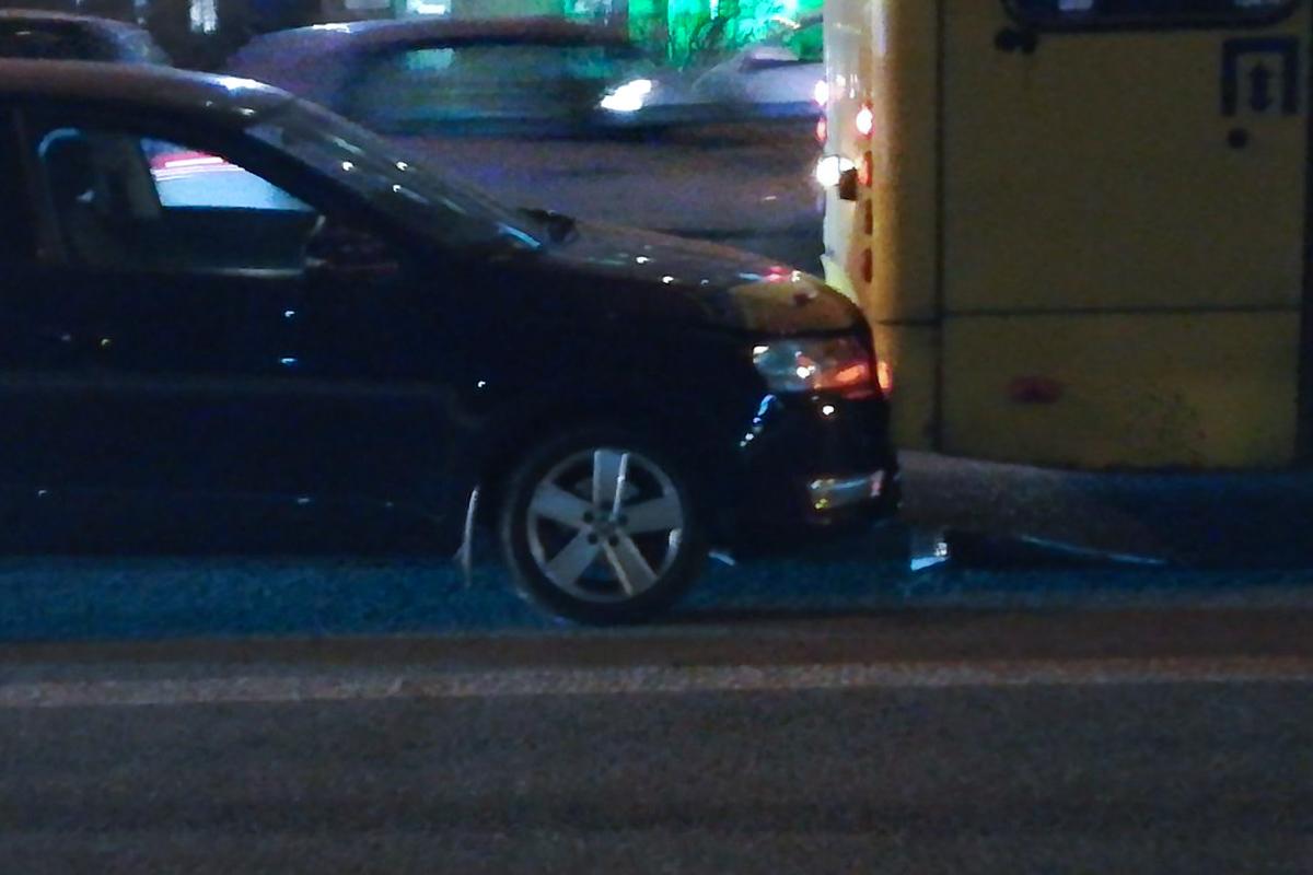 """Lexus IS подрезал автобус """"Богдан"""", в следствии чего он """"вмял"""" иномарку в столб"""