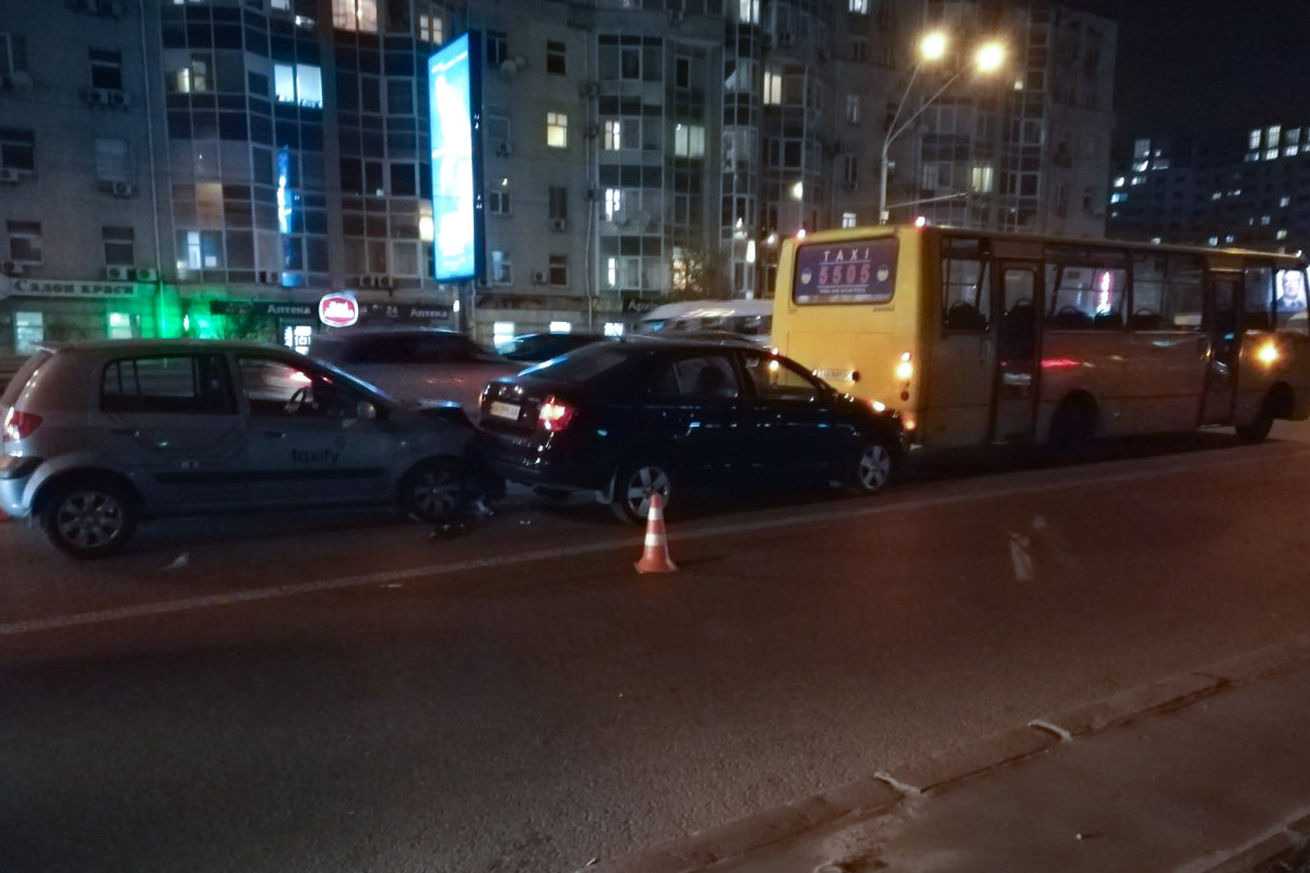 Lexus ехал в крайнем левом ряду и резко начал перестраиваться в соседний прямо перед автобусом