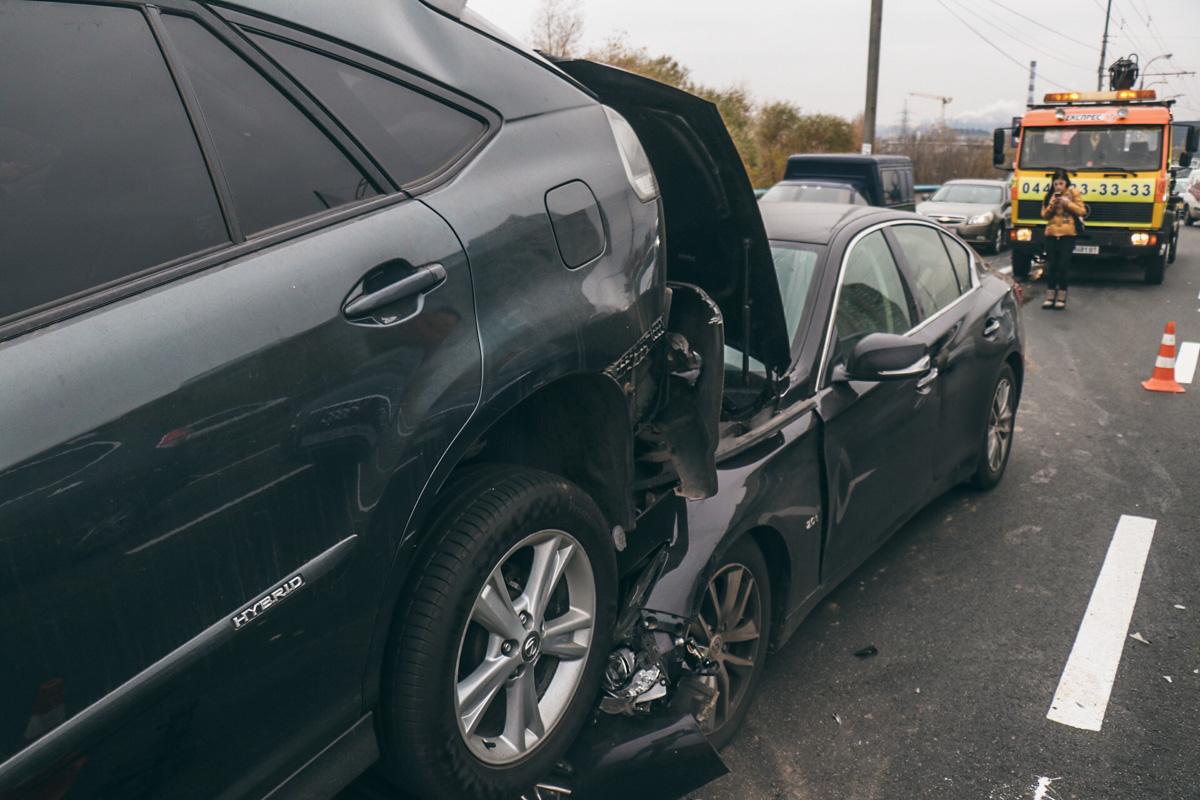 12 ноября в Киеве на Северном мосту столкнулись Infinity Q50 и Lexus RX400H