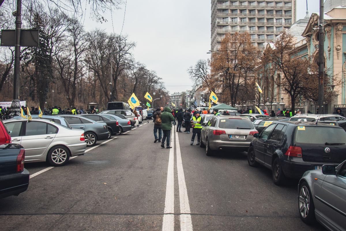 Пикетчики вышли на улицу, чтобы призвать Петра Порошенко наложить вето на принятые Верховной Радой законопроекты