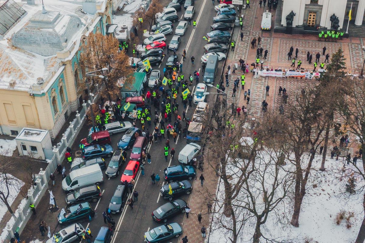 Пикетчики поставили на проезжей части свои автомобили с плакатами и флагами, а также разбили небольшой лагерь