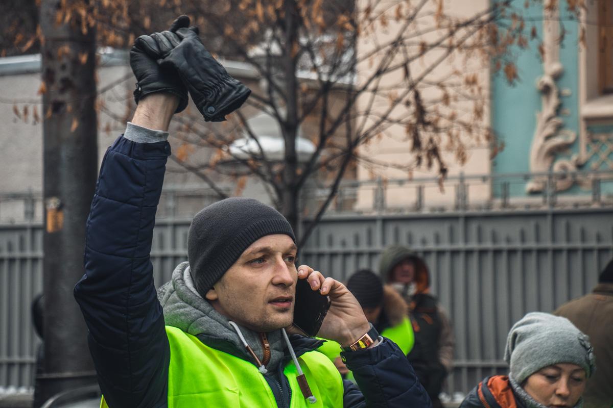В знак солидарности участники надели желтые жилеты