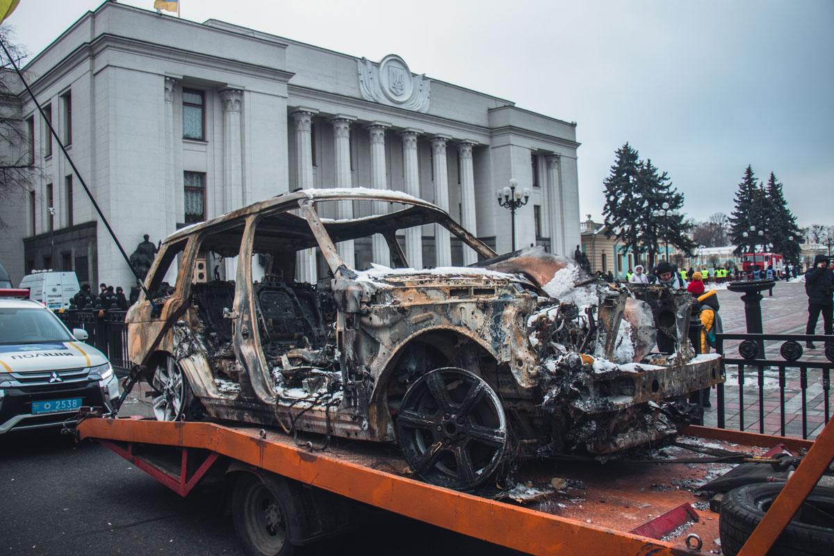 Привезли под ВР сгоревший Range Rover Олега Ярошевича, который лидер движения сам сжег в знак протеста