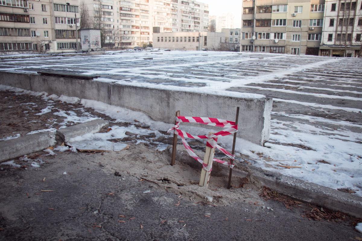 Асфальт впервые провалился около месяца назад из-за стройки подземной автостоянки