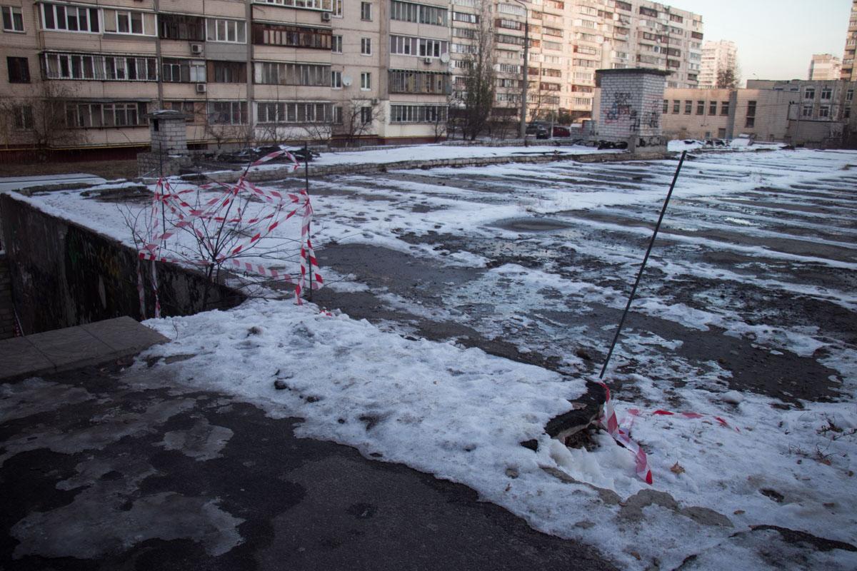 Жильцы пожаловались в коммунальные службы, но ямы только засыпали песком