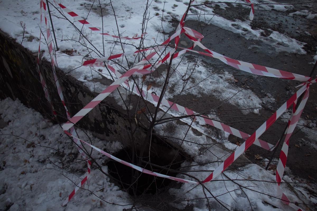 Ремонтники не заделали яму, а просто закрыли место провала ветками деревьев