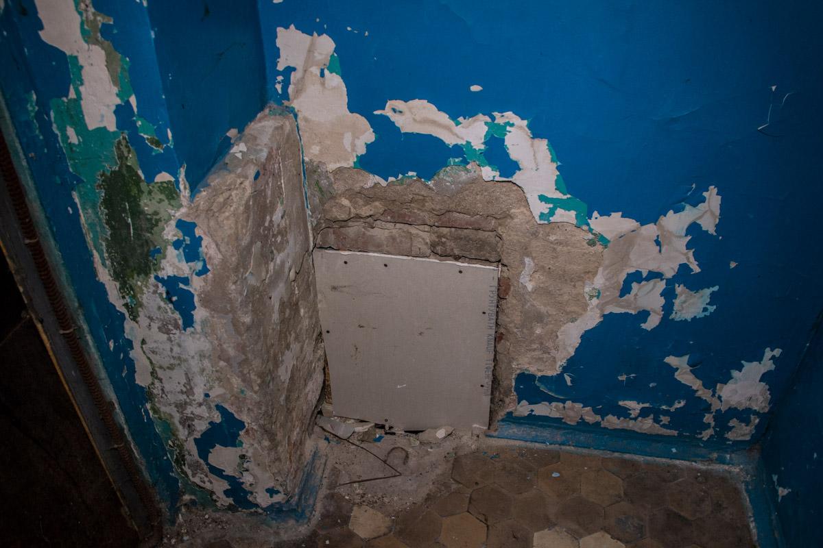 """""""Портал"""" в подвал после замены труб закрыли гипсокартонным квадратом"""