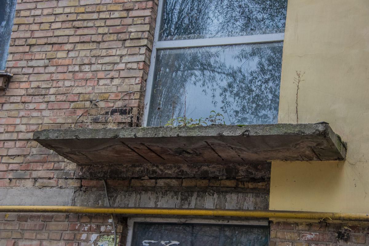 Жильцов беспокоит ненадежный козырек над входом в дом