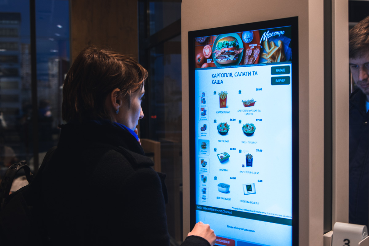 Посетители могут не тратить время на очередь, а делать заказ через терминал