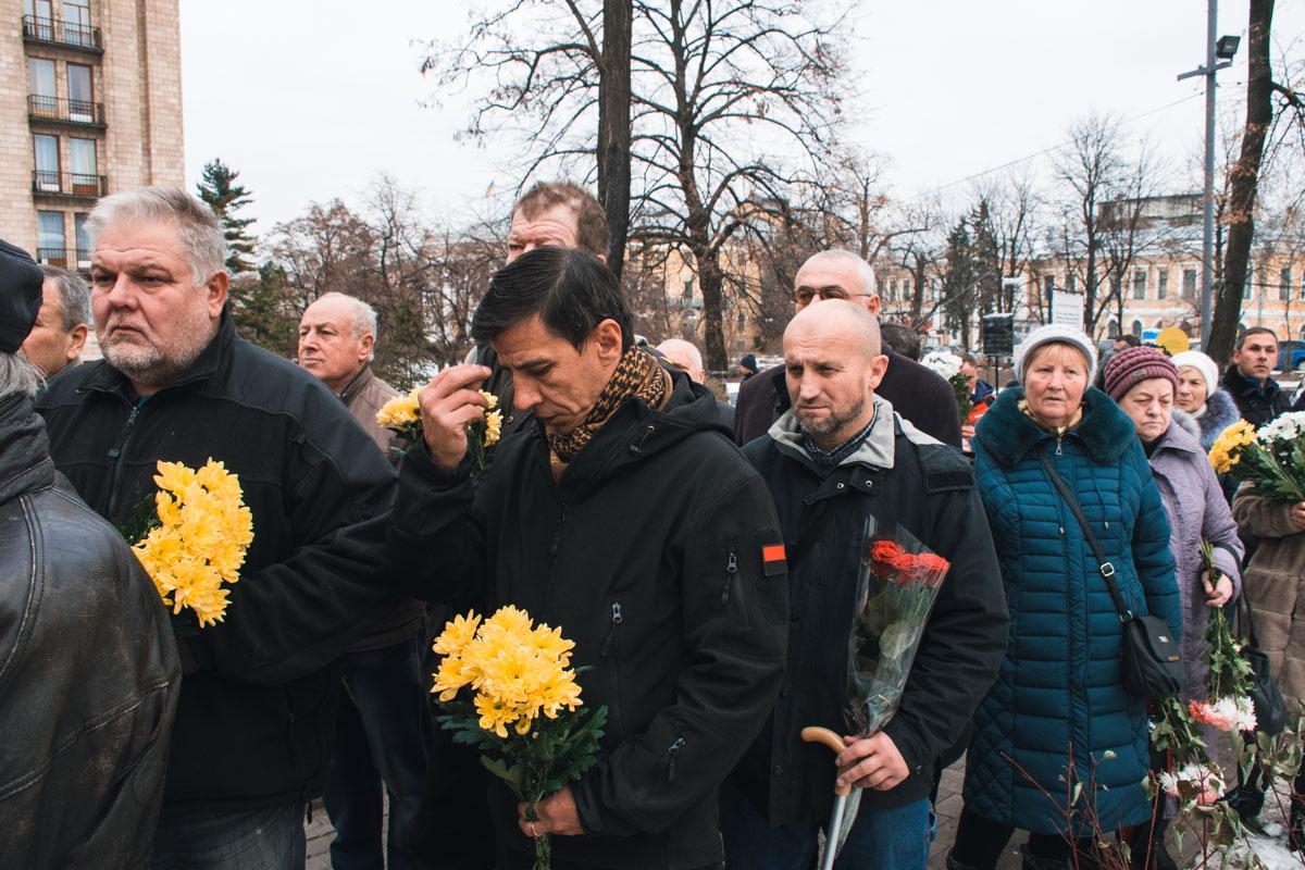 В центре Киева на аллее Небесной Сотни собрались все желающие возложить цветы на алтарь погибших героев