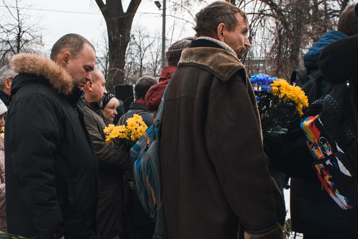 На аллее установили крест и мемориальную плиту с портретами погибших героев,куда люди возложили красные, белые и желтые цветы