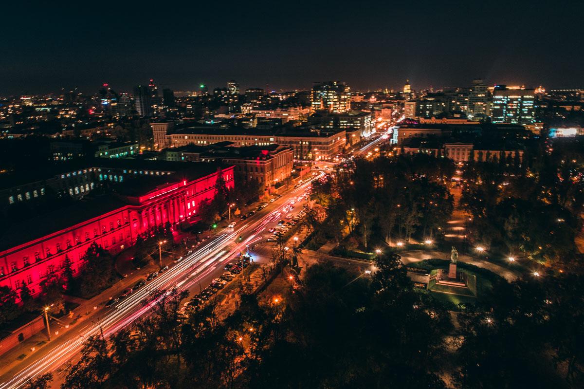 Буквально напротив корпуса расположился и парк имени Шевченко