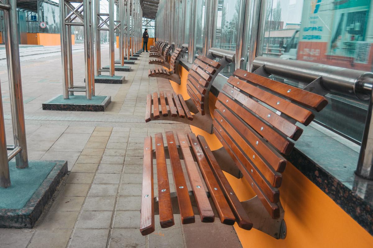 Новые скамейки для пассажиров