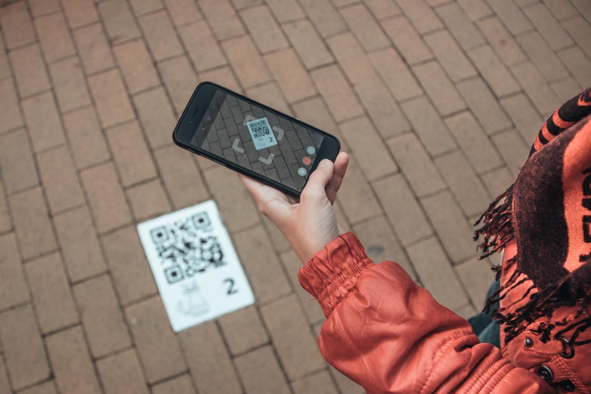 Перед прогулкой стоит скачать на смартфон сканер QR-кодов
