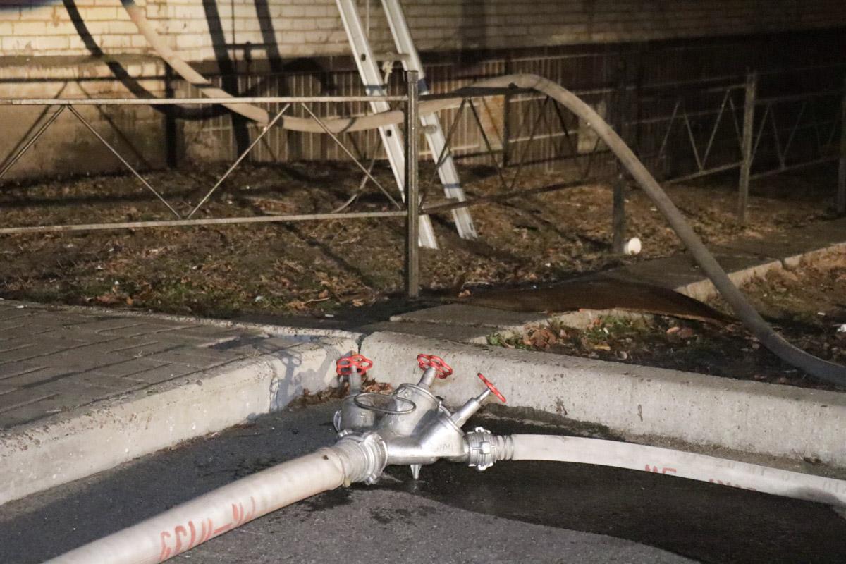 На месте работало три единицы пожарной техники