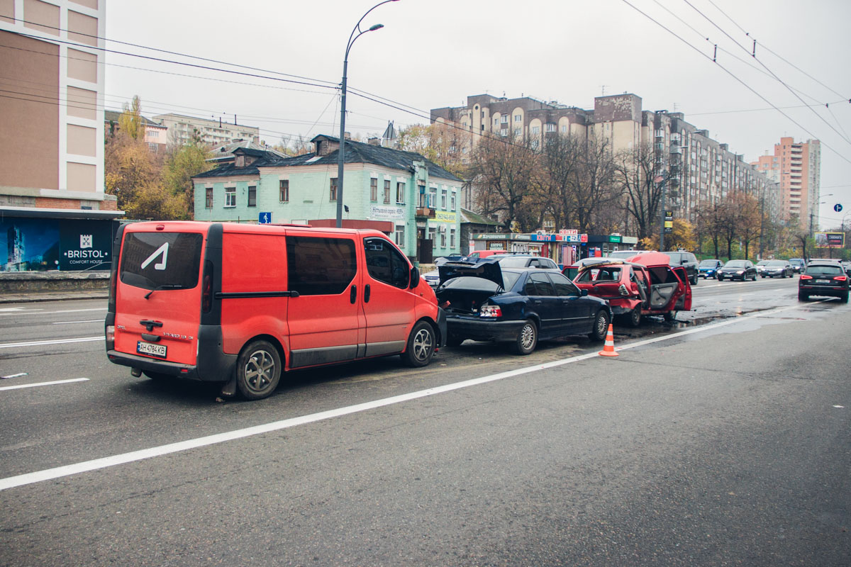 В понедельник, 5 ноября, в Киеве на проспекте Лобановского, 115 произошло тройное ДТП с возгоранием