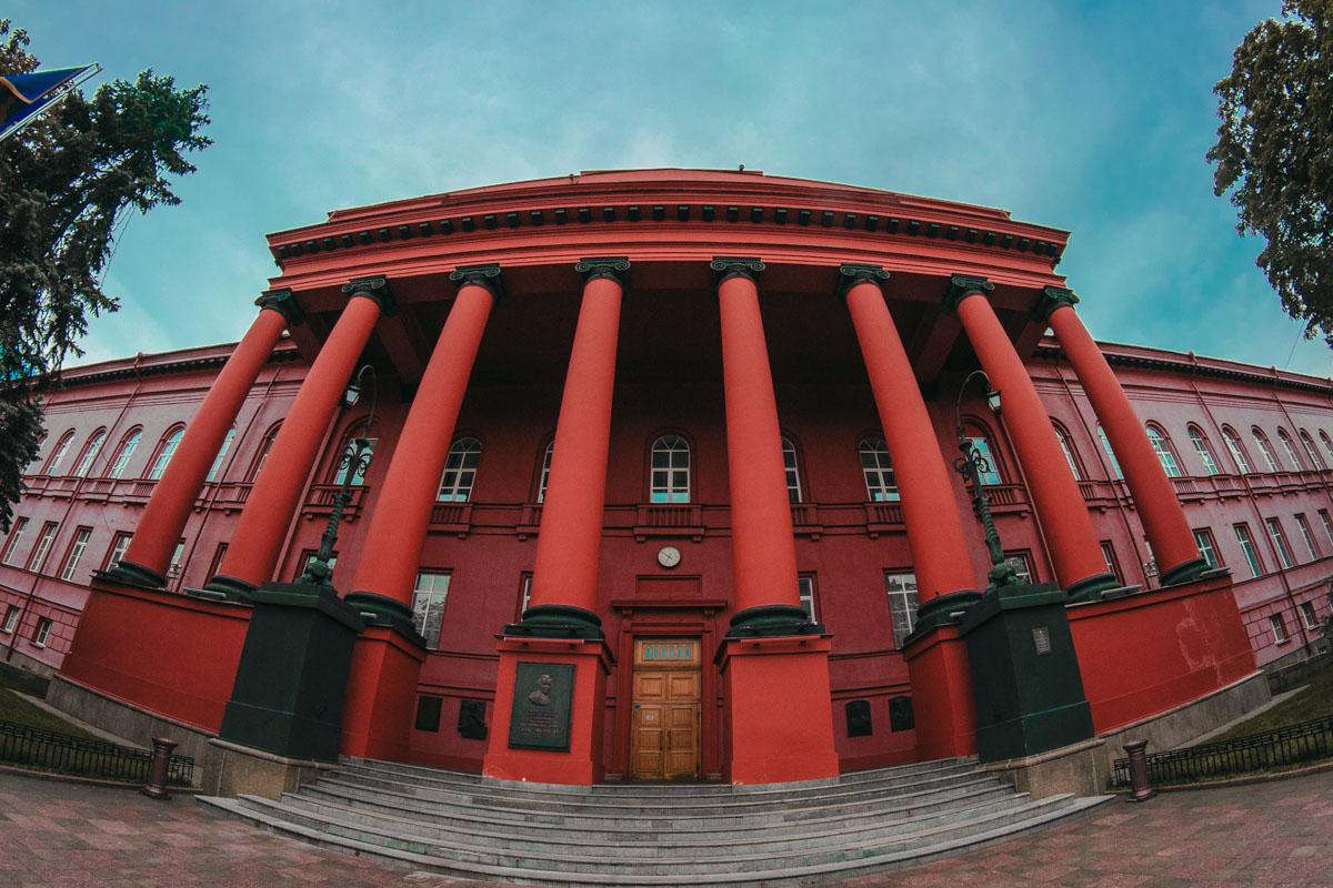Вот как красный корпус выглядит до начала реставрации