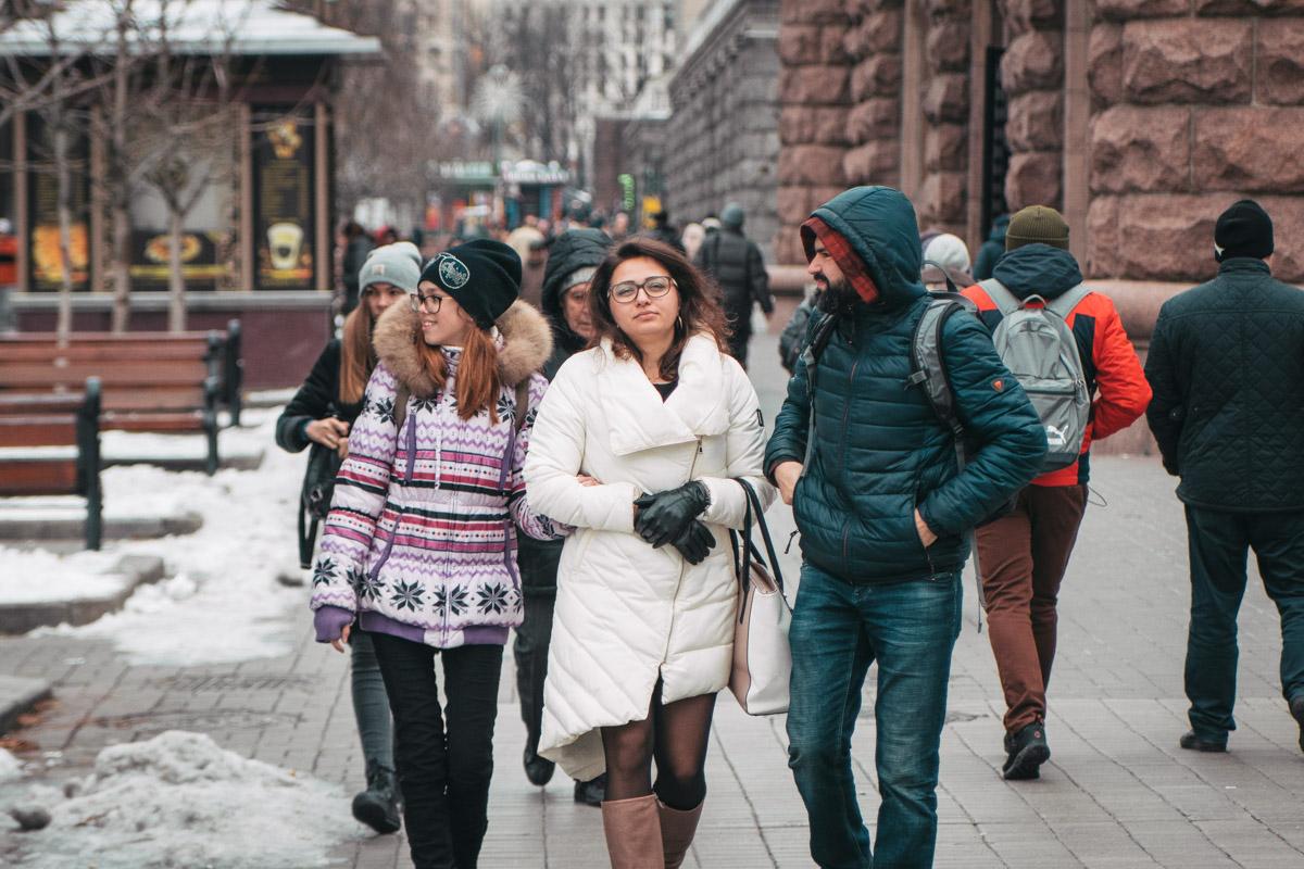 Все меньше людей выходят на улицу без шапки и перчаток