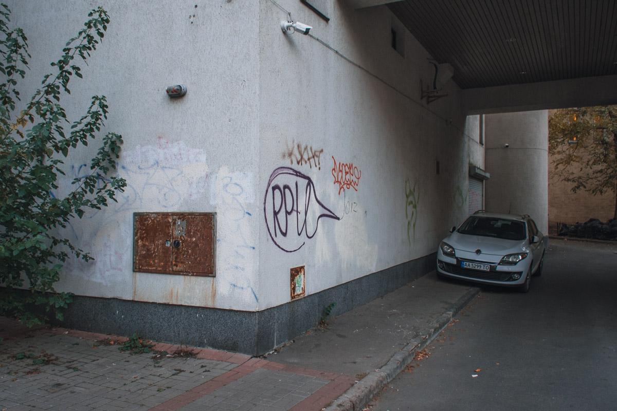 На стенах здания множество граффити