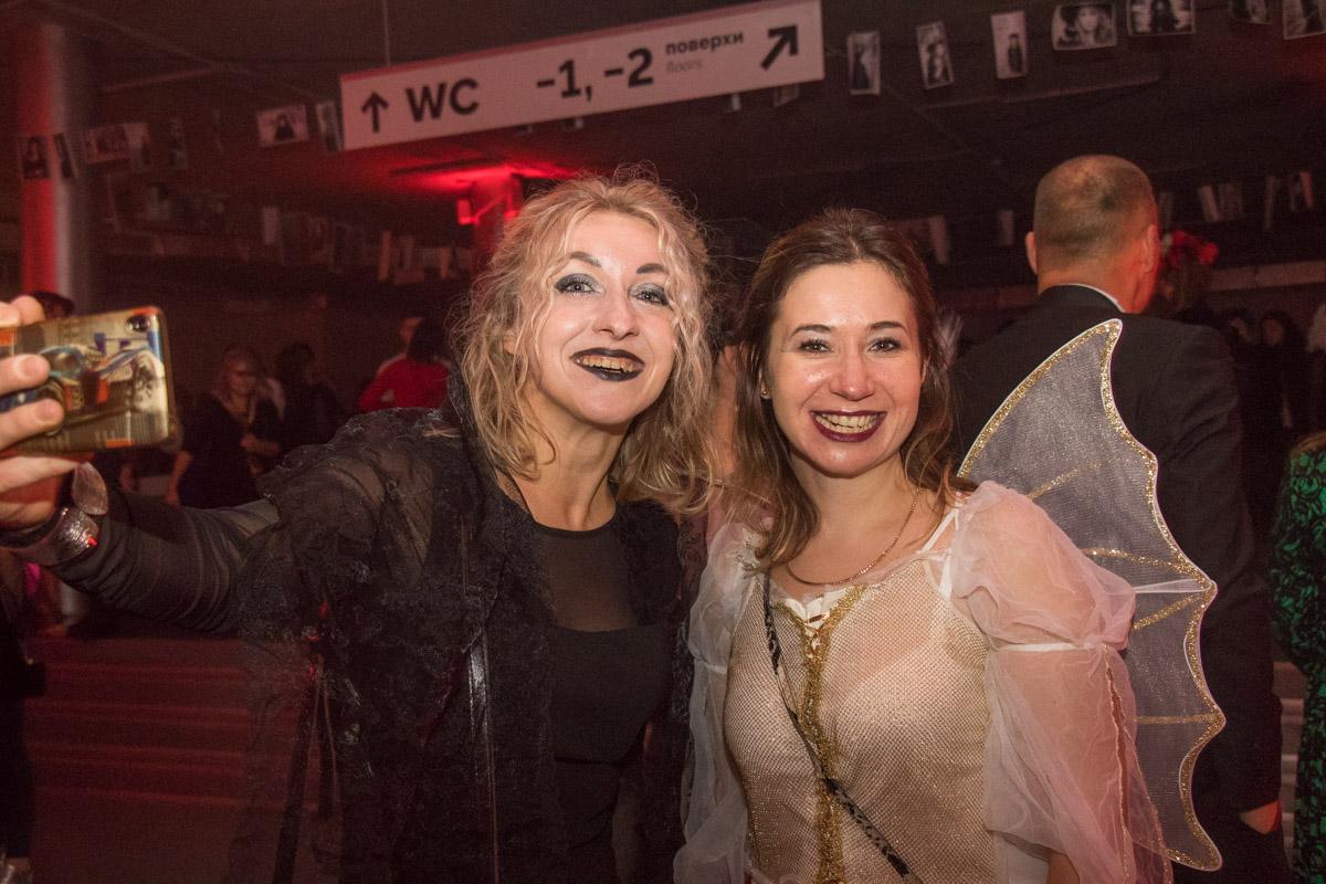 В конце программы гостей ожидала дискотека от DJ-шабаш, шоу обнаженных танцовщиц и конечно же выбор новой королевы