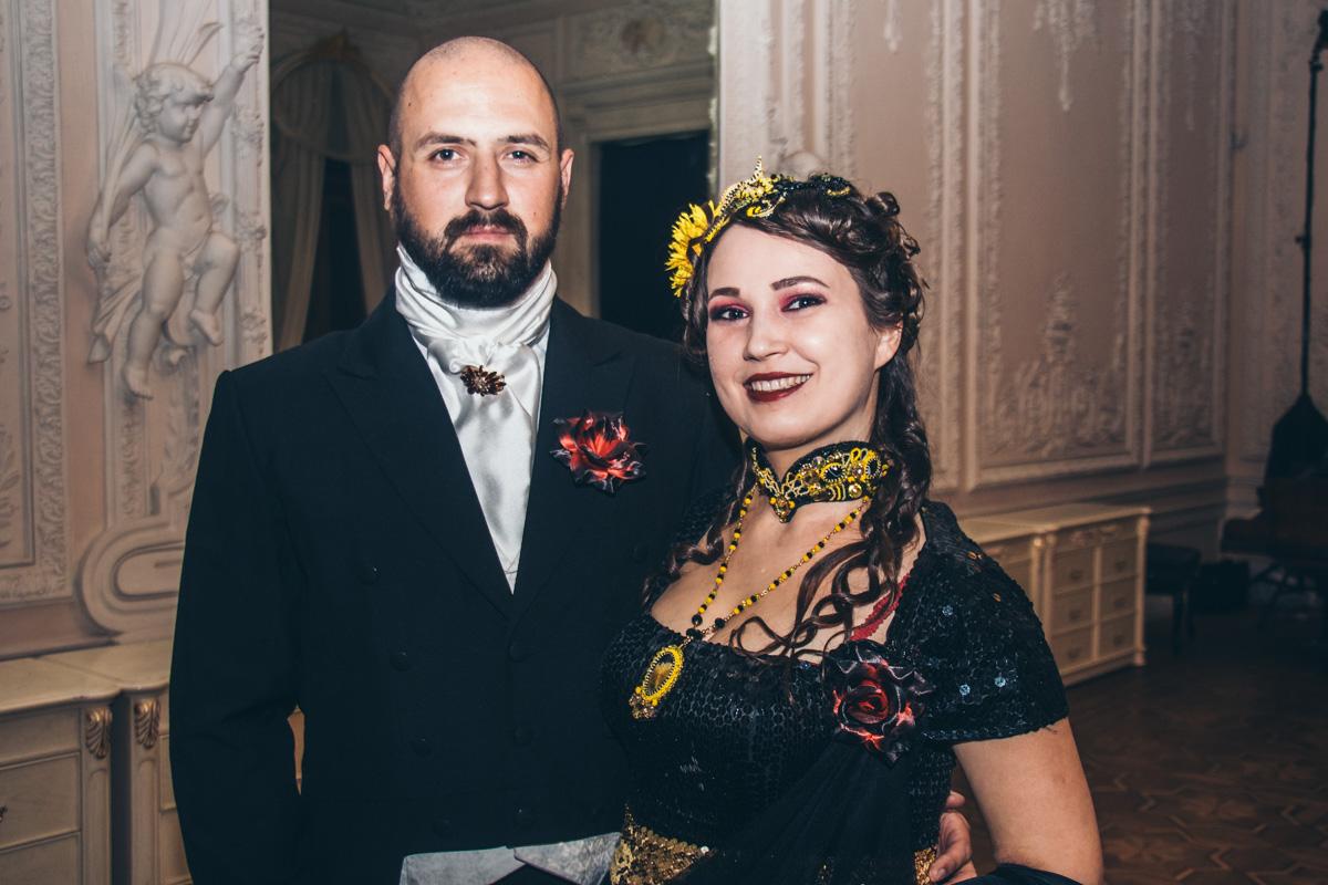 Гости танцевали жаркое танго, зажигательные кадрили и, конечно же, традиционный вальс