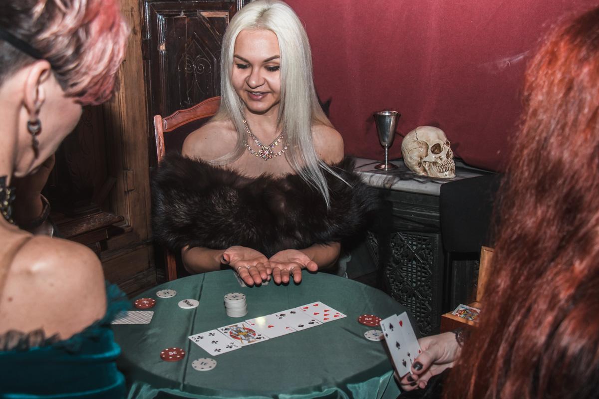 Кроме танцев, можно было сыграть с обаятельной ведьмой в покер или же мило пообщаться с кем-то за бокалом Кровавой Мэри