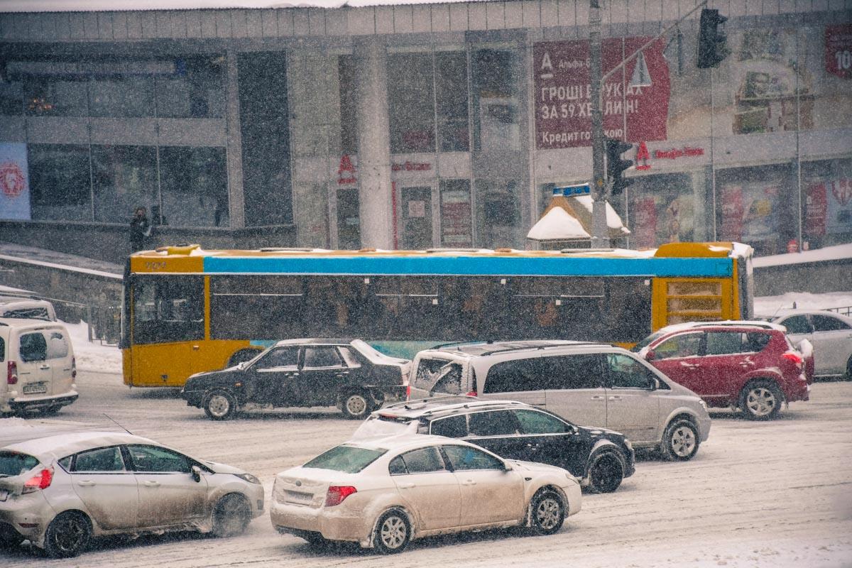 Снегопад сковал работу общественного транспорта