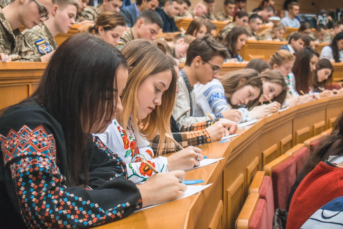 В Києві всі охочі мали змогу написати диктант у головному корпусі КНУ імені Шевченка