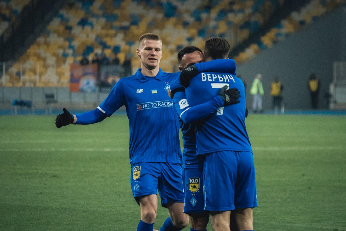 Автора второго гола в матче поздравляет автор голевой передачи Николай Морозюк