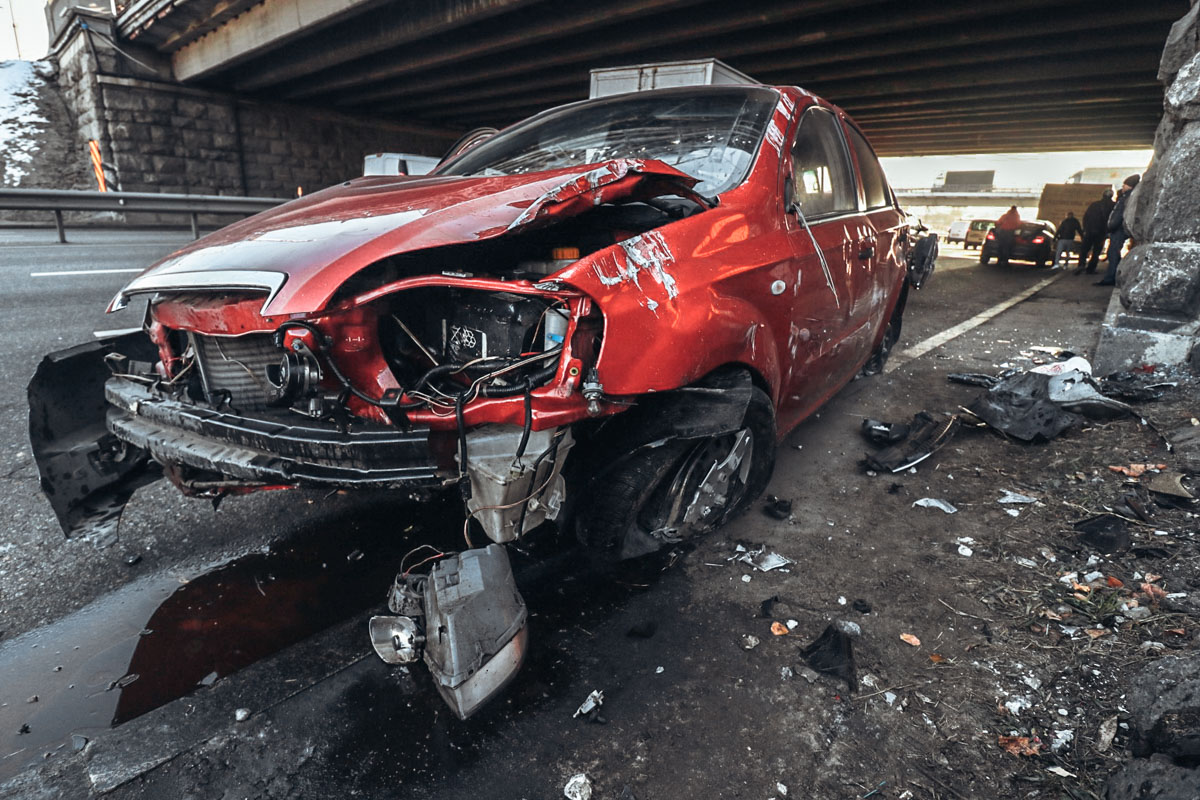 От удара Chevrolet выбросило в Mazda, а после столкновения развернуло прямо в бетонную опору моста