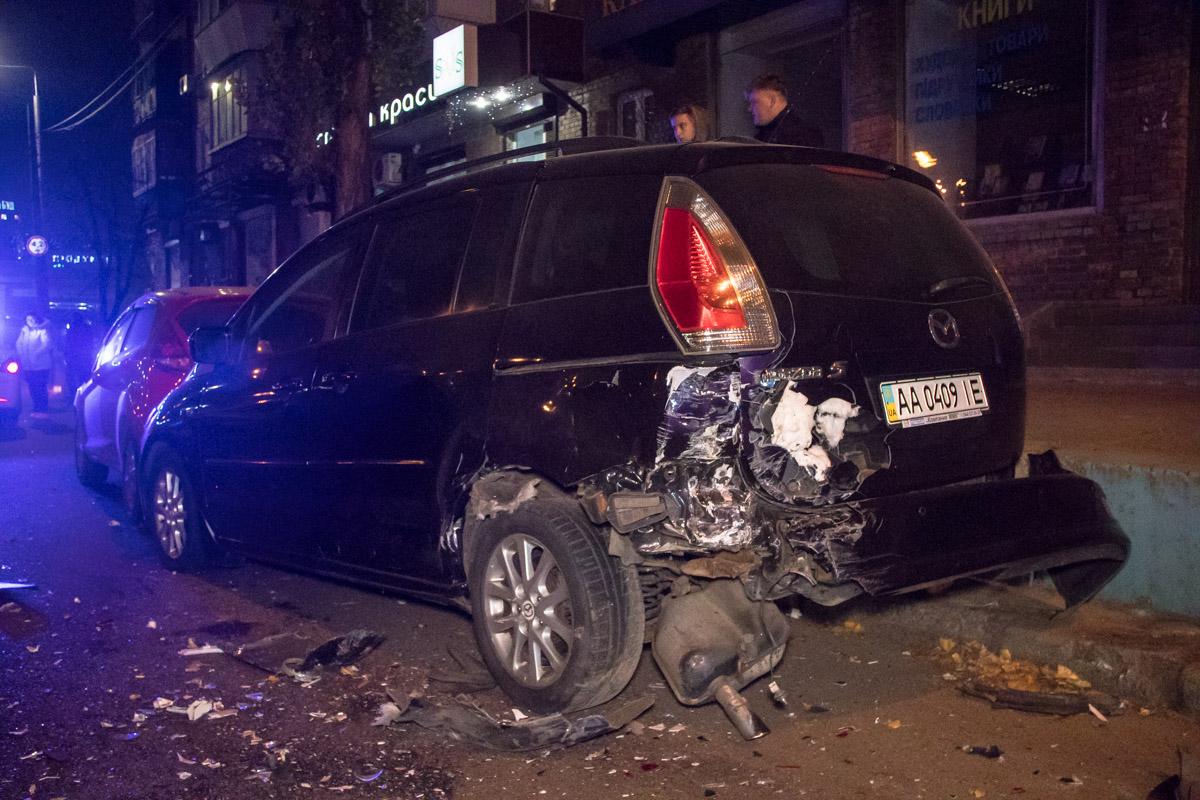 Dacia влетела в припаркованные автомобили