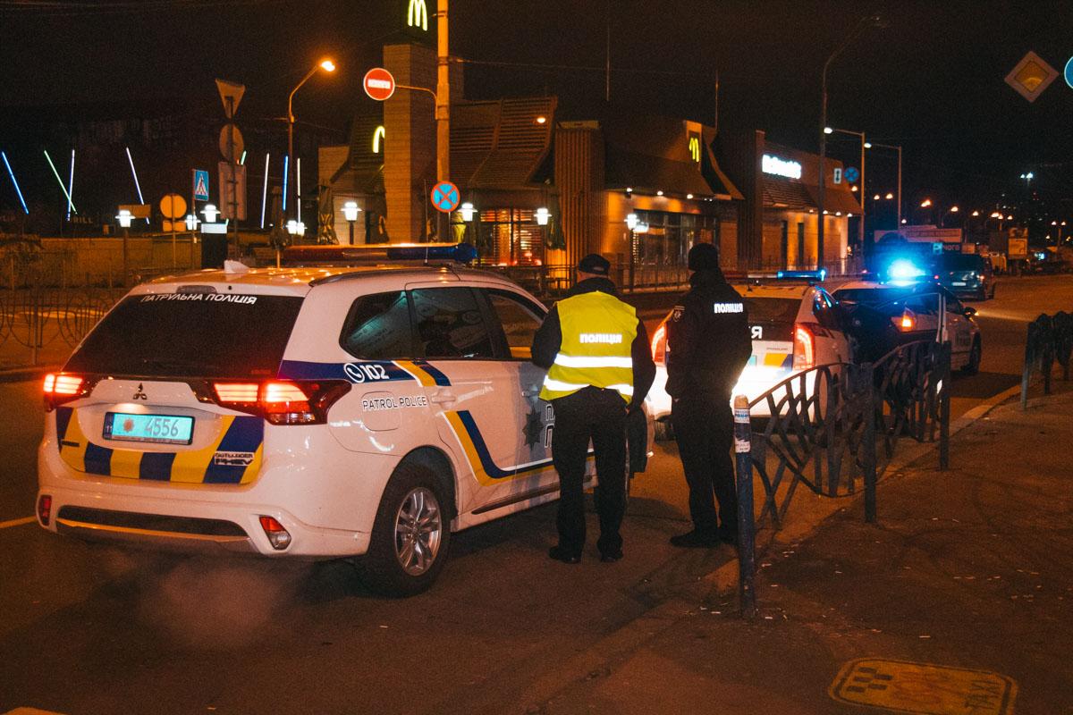 На месте работали несколько экипажей полиции, медики и следственно-оперативная группа
