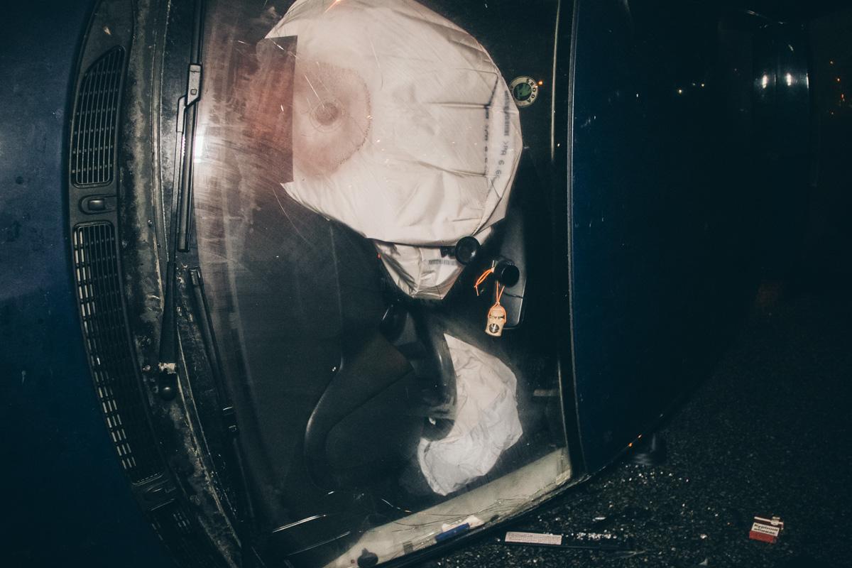 Машину занесло и она ударилась правым колесом в бордюр